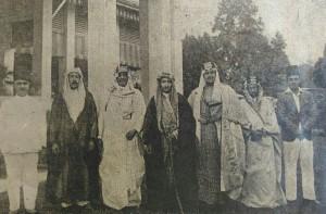 Syekh Abdul Aziz,  keempat dari kiri, diapit oleh Sayyid Abdul Wahid Jaelany Al-Alawi editor Arabic Weekly Al Huda Singapore (kiri) dan Sayyid Ibrahim Assegaff, tokoh dan pengusaha (kanan). Syekh Abdul Aziz disambut di kediaman Sayyid Ibrahim di Singapura.